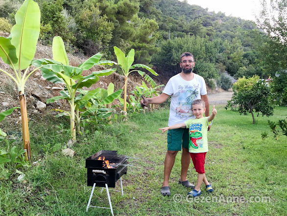 yeşil bahçede muz ve portakal ağaçları arasında mangal keyfi, Azra Villas Çıralı