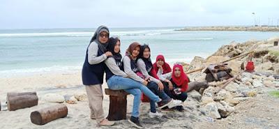 Alumni SMPN 2Malang dengan latar fasum di Pantai Melasti