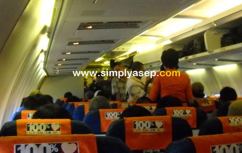 TERTIB : Begitu anda duduk , segera ikat sabuk pengaman anda, dan ikuti petunjuk keselamatan yang diperagakan oleh crew pesawat. Foto Asep Haryono