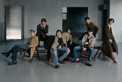 BTS siedzący na krzesłach w szarym pomieszczeniu