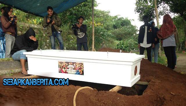 Begini Suasana Pemakaman Perampok Pulomas Ramlan Butarbutar Di TPU Kalimulya III, Depok, Jawa Barat.