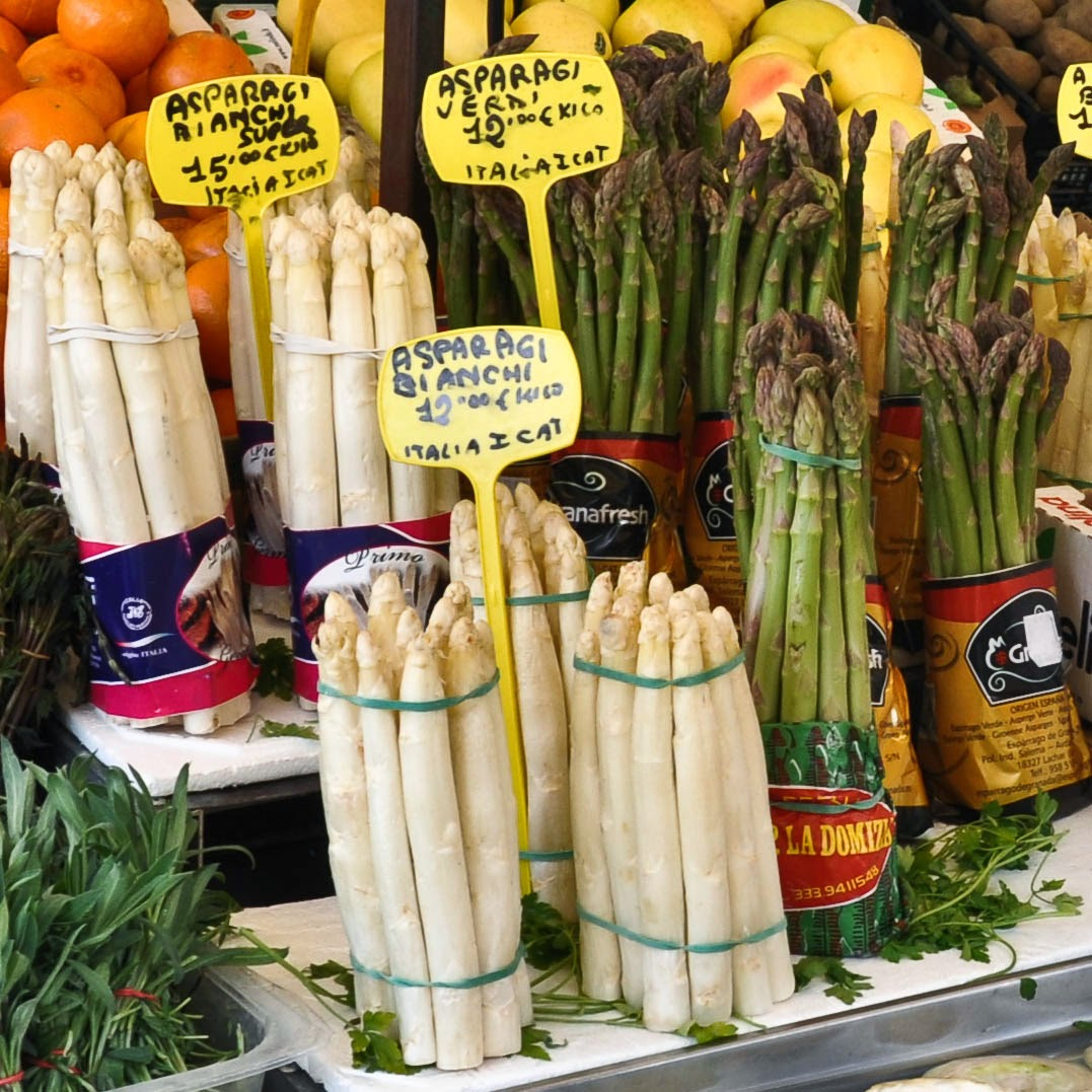 White and green asparagus in season at Padova's market, Veneto, Italy