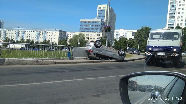 В Уфе на мосту перевернулась Toyota Camry