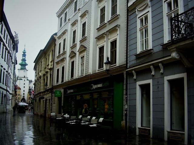 Bratysława w deszczu, widok na Bramę Michalską