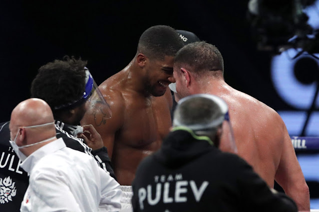 Both fighter showing respect to each other after the match.