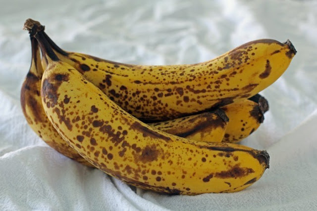 banana with spots, banana with black spots, kele pr kale dhabbe, kele pr dhabbe, benefits of banana, kela khane ke fayde, kaisa kela khayein, kaisa kela khareedein, saaf kele ke nuksaan