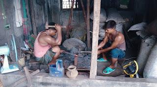 কোরবানির ঈদকে ঘিরে এখন ব্যস্ত শিবগঞ্জের কামার পল্লী