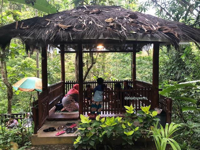 Saung-saung di Kedai & Produksi Kopi Menoreh Pak Rohmat  ©JelajahSuwanto