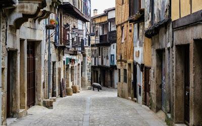 Στη Salamanca θα σας κοιτάξει κατάματα η περήφανη ψυχή της παλιάς Ισπανίας μέσα από επιβλητικά μεσαιωνικά κτίρια