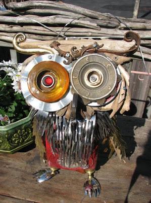 Escultura de buho  con pedazos de madera y  metales reciclados