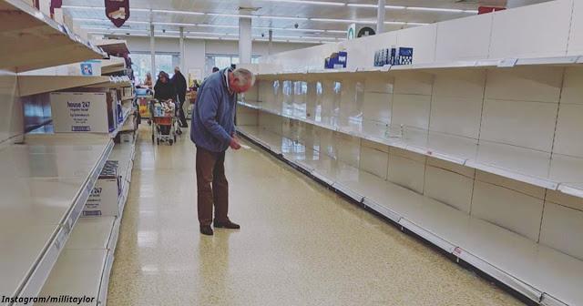 Душераздирающее фото пожилого мужчины в окружении пустых полок супермаркета