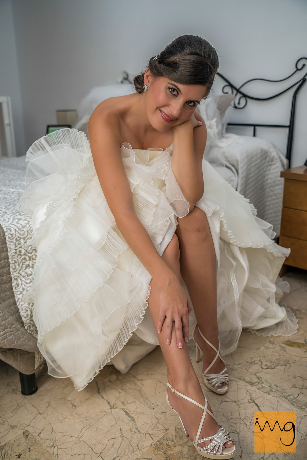 Bonita pose de la novia enseñando sus zapatos