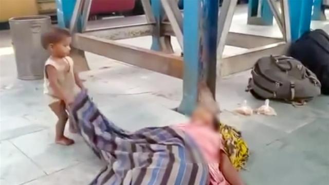 Viral Balita Berusaha Membangunkan Ibunya Yang Sudah Meninggal Di Stasiun Kereta Api