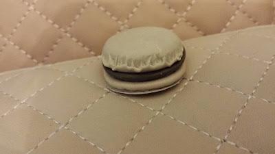Dettaglio portafoglio Macarons caffè in Fimo