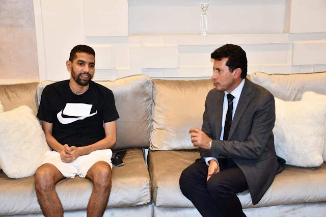 """وزير الشباب والرياضة يزور """"مؤمن زكريا"""" في منزله"""