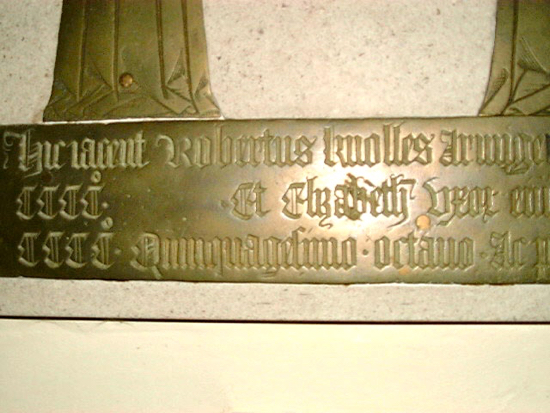 Photograph of The inscription in the Robert Knolles brass with the date left blank Image by David Brewer released under Creative Commons BY-NC-SA 4.0