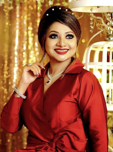 SInger AKhi Alamgir in read dress