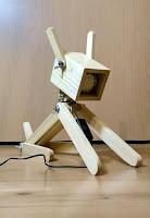 lamparas hechas con madera perro robot