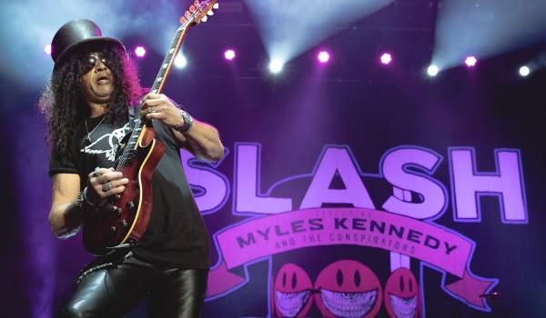 Com longos solos e um ritmo frenético, Slash & Myles Kennedy and The Conspirators fazem show envolvente em São Paulo!