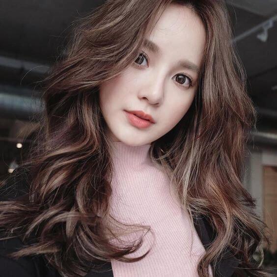 Tóc xoăn sóng lớn là sự lựa chọn hàng đầu cho phụ nữ tuổi 35 yêu thích vẻ đẹp thướt tha