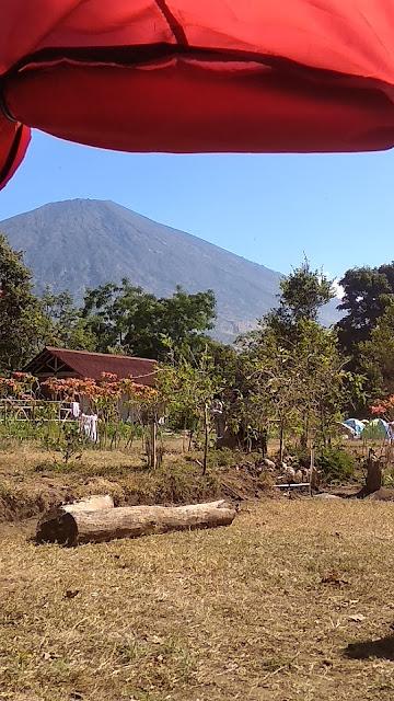 Berkemah di kawasan pegunungan, juga digemari sebagai wisata keluarga.