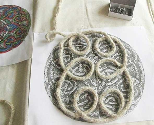 Nudos celtas dibujados que se irán recubriendo con cordones realizados con telares de tricotin, una labor muy interesante que disfrutaras