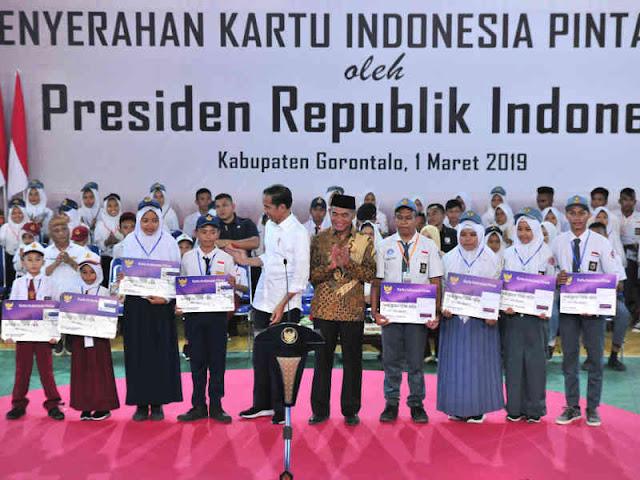 Jokowi Serahkan KIP ke 80,502 Siswa Sekolah di Gorontalo
