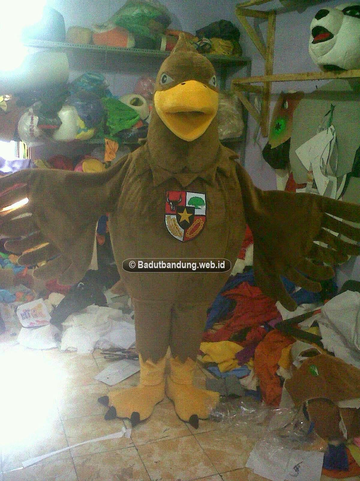 gambar badut burung kostum maskot ummul quro al islami pesantren
