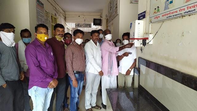गोंडपिपरी ग्रामिण रुग्णालयाला दिली सॅनिटायझर मशिन