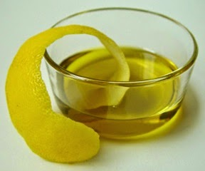 Buccia di limone in olio per fare l'olio al gusto di limone
