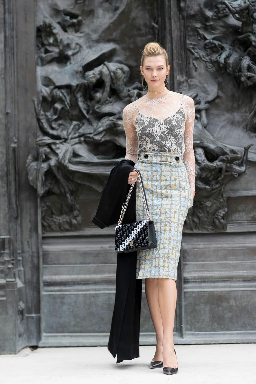 Karlie Kloss Arrives at the Dior Show in Paris
