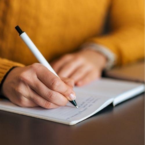 مفهوم الإملاء: هو عملية التدريب على الكتابة الصحيحة لتصبح عادة يعتادها المتعلم.