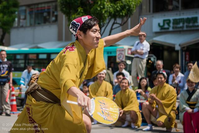 吹鼓連、高円寺駅北口広場での舞台踊り、男踊りの踊り手の写真 4