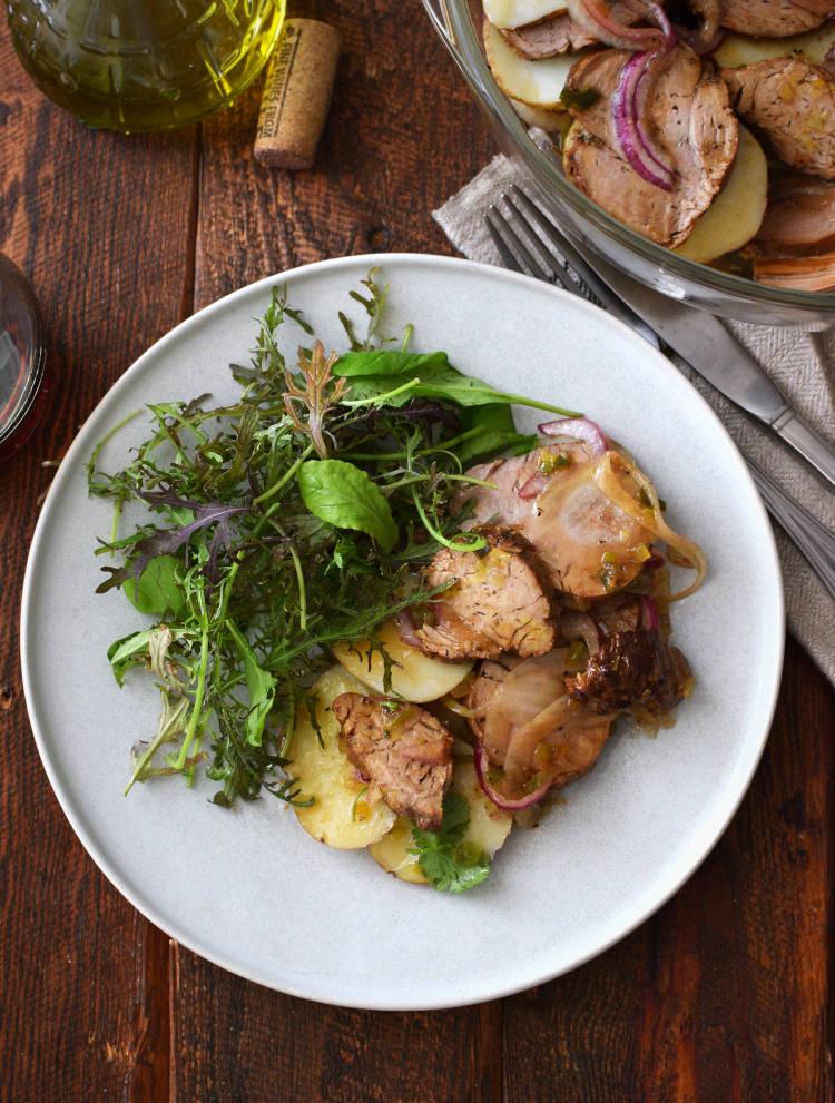 Carne fría en vinagreta servida con un mezclum de lechugas