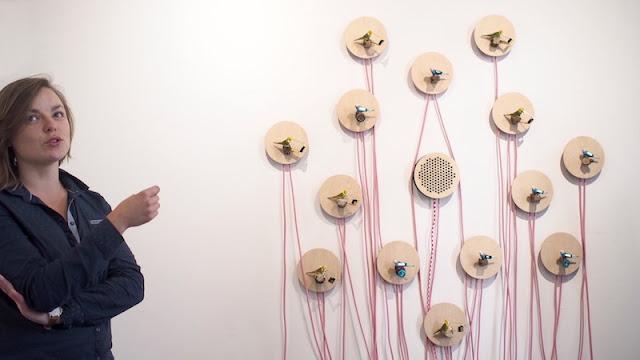 Les moyens du bord: Anne présente une œuvre de Eric Choisy