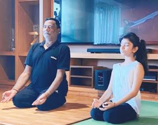 कृपाशंकर सिंह ने पौत्री अनाहिता सिंह के साथ किया योगा   #NayaSaberaNetwork