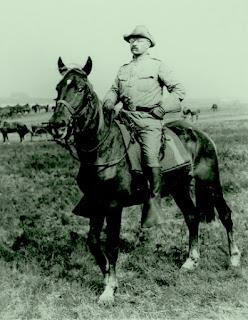 Theodor Roosevelt cabalgando en su rancho de Dakota del Norte.