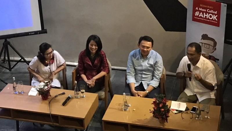 Rizal Mallarangeng (kanan) bersama Ahok saat bedah buku @kurawa