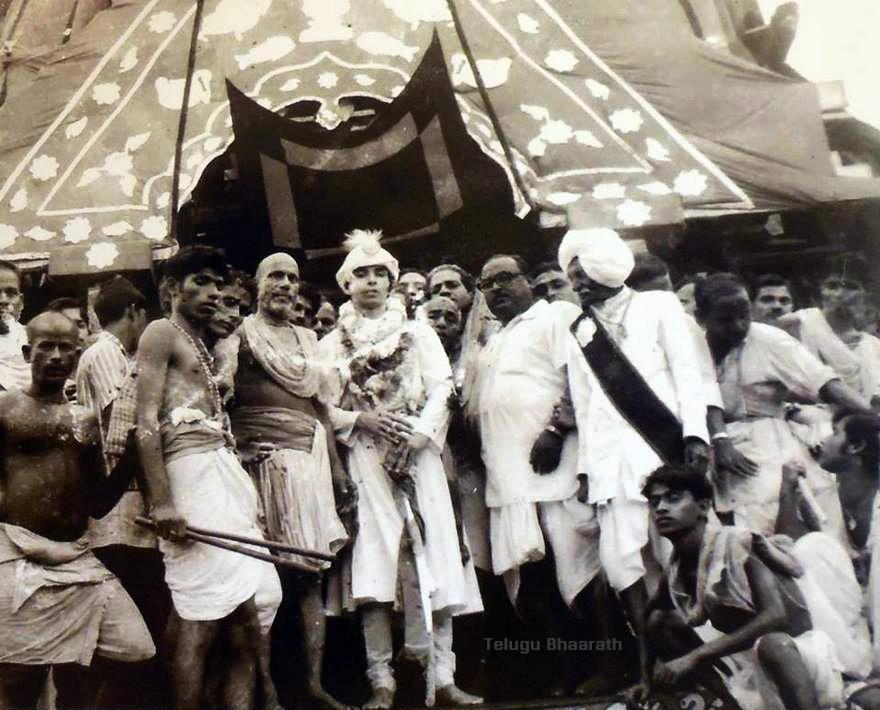 1971 లో అసుతోష్ సిన్హా తీసిన చిత్రం: నందిగోష్ రథంపై చేరపహన్రా సమయంలో గజపతి మహారాజా దిబ్యాసింగ్ దేవ్.