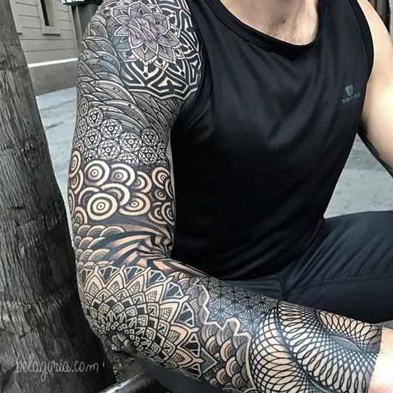Vemos el brazo con tatuajes geometricos