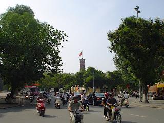 Ciudadela de Hanoi entre el tráfico de Motos
