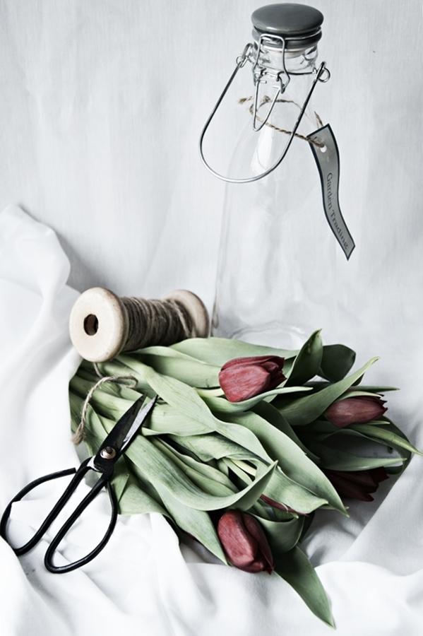 Blog + Fotografie by it's me! - Wohnen - rote Tulpen, Glasflasche, Spule mit Band