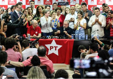 """""""A pretexto de manter a ordem pública e evitar a destruição de provas – os fundamentos para a prisão –, eles podem incendiar o país"""", avaliou a parlamentar. """"Esses mesmos promotores já admitiram que não existem provas concretas contra o presidente. Prendê-lo, seria o meio mais rápido de provocar o caos social no país"""", disse.  Para o deputado federal Paulo Teixeira (PT), o momento que vive o país pede responsabilidade. """"Pedido de prisão de Lula não tem base jurídica. Trata-se de medida política às vésperas das manifestações"""", ressaltou. No dia 13, segmentos golpistas organizam atos em apoio ao impeachment da presidenta Dilma e em apoio às ilegalidades contra Lula."""
