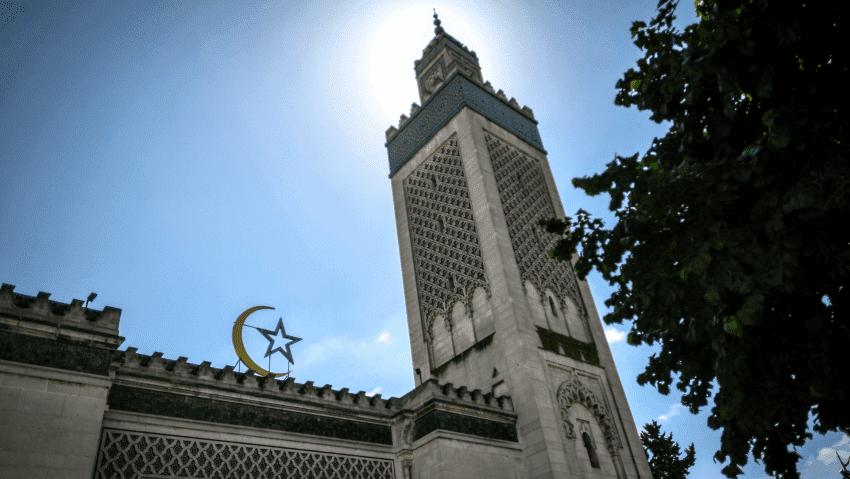 Macron Tutup 73 Masjid dan Sekolah-sekolah Islam di Prancis