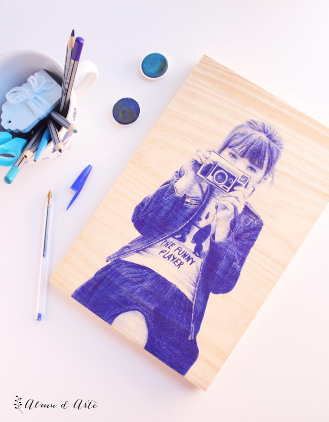 Retrato realista sobre madera con boli bic
