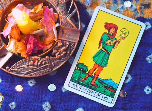 Saiba o significado da Carta do Valete ou Pajem de Ouros no Tarot do amor, dinheiro e trabalho, na saúde, como obstáculo ou invertida e como conselho.
