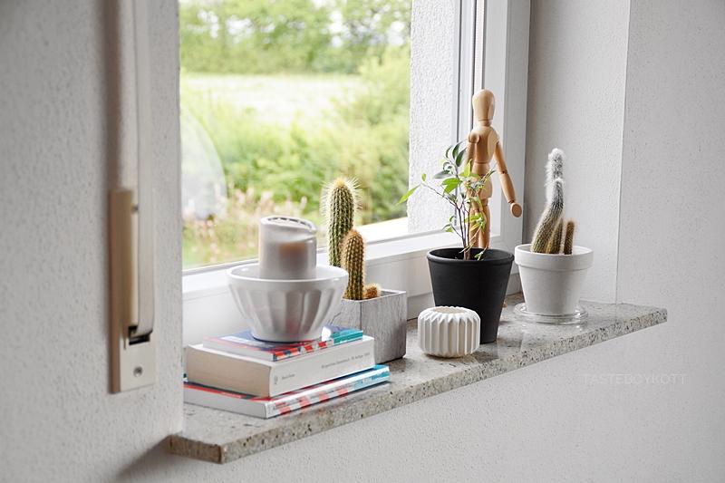 Skandinavische Sommerdeko im reduzierten Urban Jungle Stil auf der Fensterbank mit Zimmerpflanzen, Büchern und Kerzen