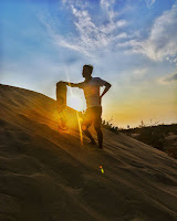 foto sandboarding dengan background sunrise di gumuk pasir parangkusumo