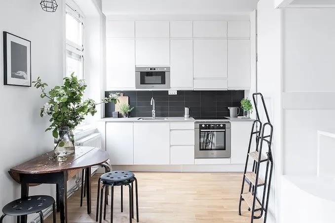 Cocina pequeña con armarios de suelo a techo