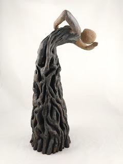 Escultura de cerámica de una mujer bailando